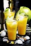 Alkoholiserad coctail med vermut, det gr?na ?pplet, fruktsaft, sodavatten och is, svart bakgrund, selektiv fokus royaltyfri foto