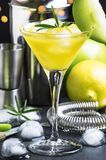 Alkoholiserad coctail med vermut, det gr?na ?pplet, fruktsaft, sodavatten och is, svart bakgrund, selektiv fokus fotografering för bildbyråer