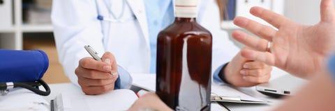 Alkoholiserad håll i armtomglas på doktorn fotografering för bildbyråer