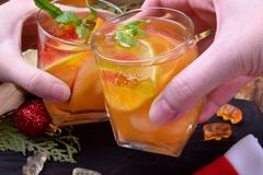 Alkoholiserad mousserande coctail med vitt vin och frukt royaltyfria foton