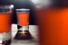 Alkoholiserade exponeringsglas på tabellen Royaltyfri Fotografi