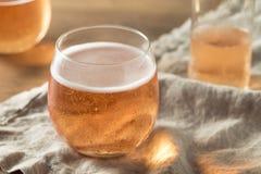 Alkoholiserade mousserande Rose Cider arkivbild