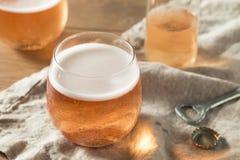 Alkoholiserade mousserande Rose Cider arkivfoto