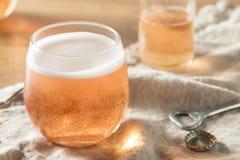 Alkoholiserade mousserande Rose Cider arkivbilder