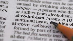 Alkoholismbetydelse i ordlista, skadligt ständigt dricka av andar, missbruk stock video