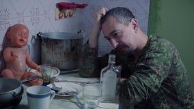 Alkoholisten häller och dricker vodka arkivfilmer