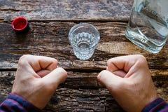 Alkoholisten visar viljekraft för att inte dricka fotografering för bildbyråer