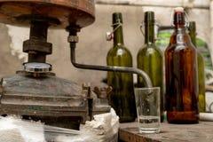 Alkoholproduktion i hem- villkor Hemlagad utopier för tillbehör för tillverkning av royaltyfri foto