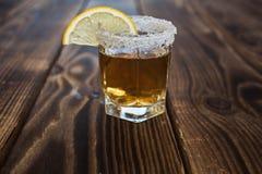 Alkoholschussgetränk mit Zitrone und Salz Lizenzfreies Stockfoto