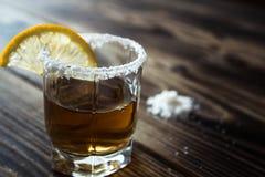 Alkoholschussgetränk mit Zitrone und Salz Stockbild