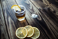 Alkoholschussgetränk mit Zitrone und Salz Stockbilder