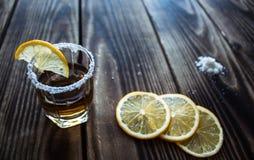 Alkoholschussgetränk mit Zitrone und Salz Lizenzfreie Stockfotografie