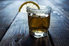 Alkoholskottdrinken med citronen och saltar Arkivfoto