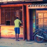 Alkoholspeicher des alkoholischen Getränks im Dorf Sri Lanka Stockbilder