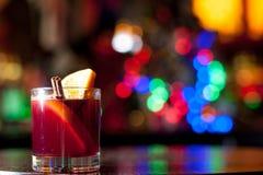 Alkoholstång, coctailexponeringsglas på stångräknare, coctailexponeringsglas i en stång som dricker coctailen i stång, coctail i  royaltyfri fotografi