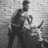 Alkoholsuchteinsamkeit Bemannen Sie Kritiker an der historischen Statue, Erbe, Eigentum Lizenzfreie Stockfotografie