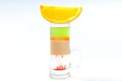 Alkoholu koktajl na bielu z świeżymi lato owoc Obrazy Royalty Free