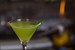 Alkoholu koktajl w szkle na barze dla przyjęcia Obrazy Royalty Free