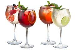 Alkoholu koktajl z mennicą, owoc i jagodami na białym tle, Set cztery koktajlu w szklanych szkłach na długiej nodze fotografia stock