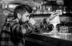 Alkoholu uzależniony pojęcie Modniś trzyma szkło z alkoholicznym napojem fotografia royalty free