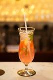 Alkoholu wyśmienicie koktajl na stole Obrazy Stock