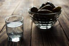 Alkoholwodka-Schussgetränk mit Essiggurken Lizenzfreies Stockbild