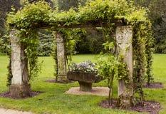 Alkoof met vaas van bloemen in de Tuin stock afbeeldingen