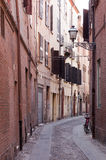 Allée étroite à Ferrare, Italie Photos libres de droits