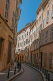 Allée étroite avec des édifices hauts dans l'ombre à Aix-en-Provence Photographie stock
