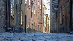 Allée étroite entre de vieilles maisons dans Gamla stan, la vieille ville de Stockholm, Suède photographie stock