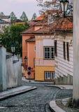 Allée étroite entre les maisons d'appartement à Prague photos libres de droits