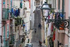 Allée étroite et raide à Lisbonne Photo libre de droits
