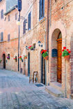 Allée antique dans le village médiéval de Certaldo, Toscane Photo stock