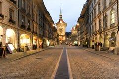 Allée au clocktower sur la vieille partie de Berne Images libres de droits