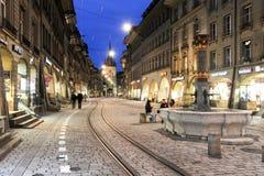 Allée au clocktower sur la vieille partie de Berne Photo libre de droits