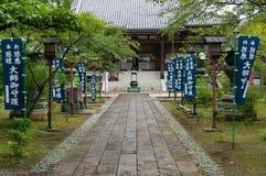 Allée avec des bannières au temple de Ryodaishi Photo stock