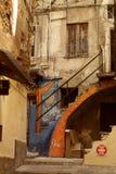 Allée avec des escaliers dans la vieille ville Images libres de droits