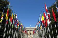 Allée avec les drapeaux colorés du siège social de l'ONU Photographie stock libre de droits