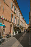 Allée avec les personnes et le ciel bleu à Aix-en-Provence Images libres de droits