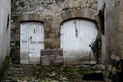 Allée avec 2 portes blanches Image stock