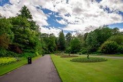 Allée centrale avec les lits de fleur ronds et cathédrale de St Machar à un arrière-plan chez Seaton Park, Aberdeen Image stock