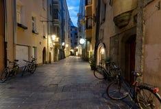 Allée dans la ville d'Innsbruck, par nuit photographie stock