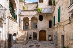 Allée dans Polignano une jument photographie stock libre de droits