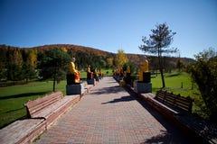 Allée de Buddhas dans le monastère vietnamien Images libres de droits