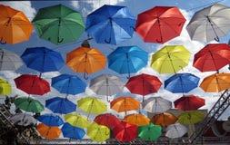 Allée de parapluies de vol Image stock