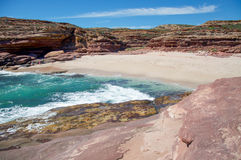 Allée de pot : Falaises reculées de plage et de grès Photos stock