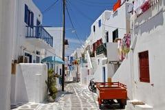 Allée de rue arrière de ville de Mykonos Images libres de droits