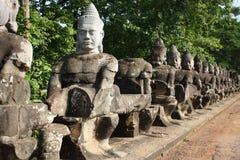 Allée de sculpture dans l'Angkor Vat Photos stock