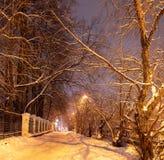 Allée de ville avec une vieille barrière une nuit d'hiver images libres de droits