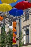 Allée des parapluies montants dans la ruelle de Solyany à St Petersburg images libres de droits